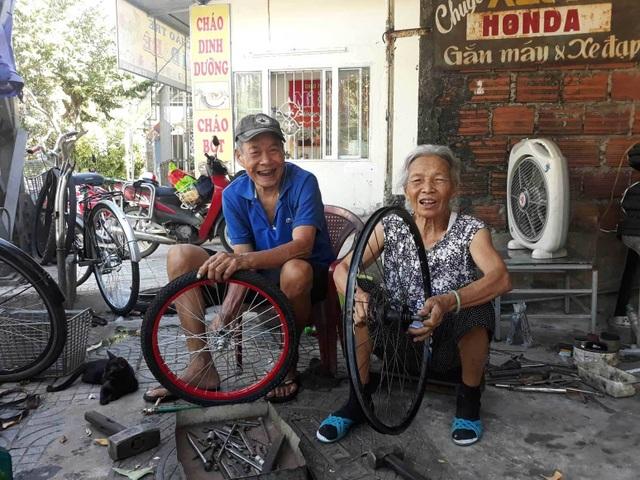 Tình yêu của vợ chồng U90 trong quán sửa xe ở Quảng Trị - 2
