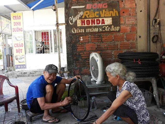 Tình yêu của vợ chồng U90 trong quán sửa xe ở Quảng Trị - 3