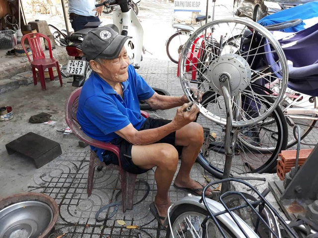Tình yêu của vợ chồng U90 trong quán sửa xe ở Quảng Trị - 4