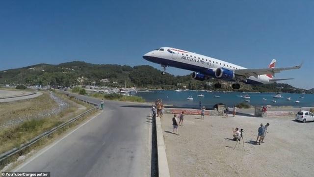 Video máy bay lao sát sạt lướt qua đầu du khách thu hút hơn 4 triệu lượt xem - 3