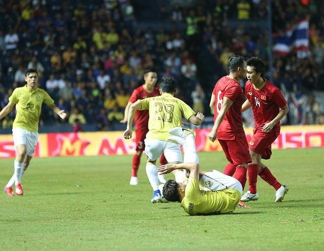 Cổ động viên Thái Lan vui mừng khi đội nhà chung bảng với tuyển Việt Nam - 2
