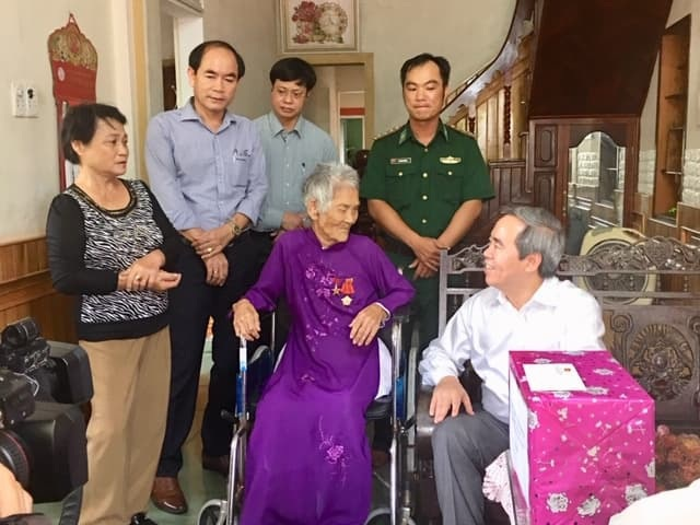 Trưởng Ban Kinh tế Trung ương tri ân liệt sĩ, thăm gia đình chính sách tại Quảng Trị - 2