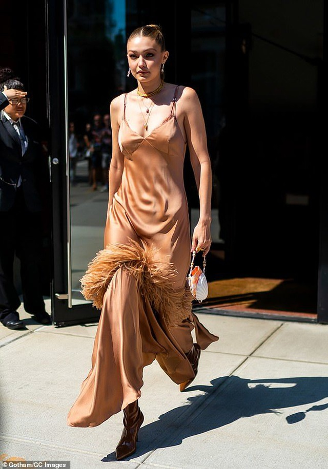 Gigi Hadid diện váy lụa gợi cảm ra phố - 1