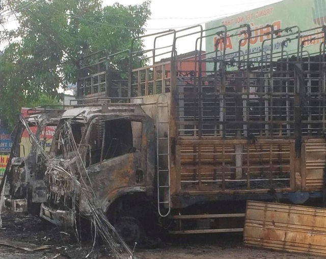 Điều tra vụ việc 2 xe tải bất ngờ bốc cháy trong đêm - 1