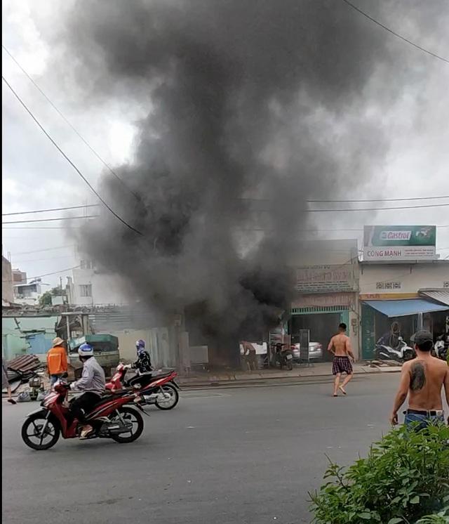 Cháy nổ lớn ở quán cơm, cảnh sát đập tường cứu người - 1