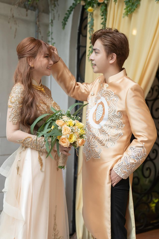 Biểu cảm đáng yêu của con trai Thu Thủy trong hôn lễ của mẹ - 11