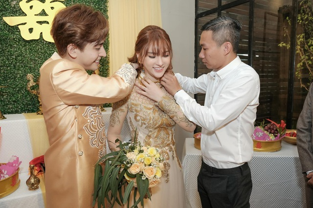 Biểu cảm đáng yêu của con trai Thu Thủy trong hôn lễ của mẹ - 6
