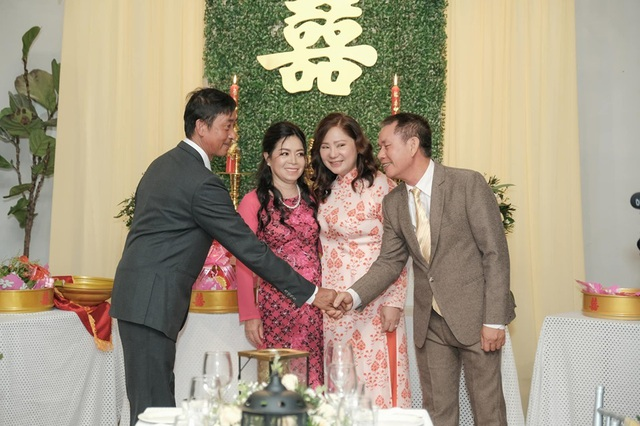 Biểu cảm đáng yêu của con trai Thu Thủy trong hôn lễ của mẹ - 4