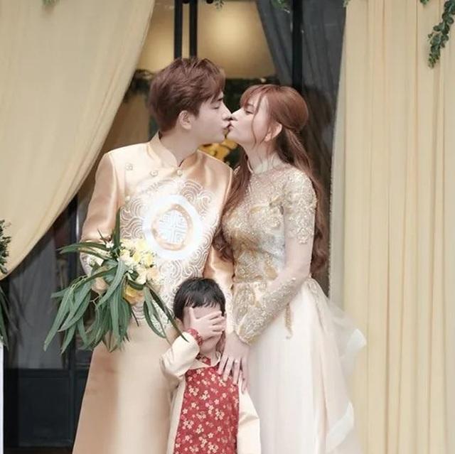 Biểu cảm đáng yêu của con trai Thu Thủy trong hôn lễ của mẹ - 3