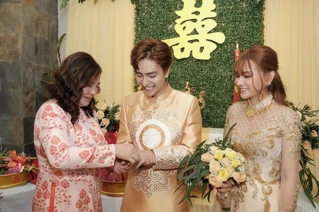 Biểu cảm đáng yêu của con trai Thu Thủy trong hôn lễ của mẹ - 7
