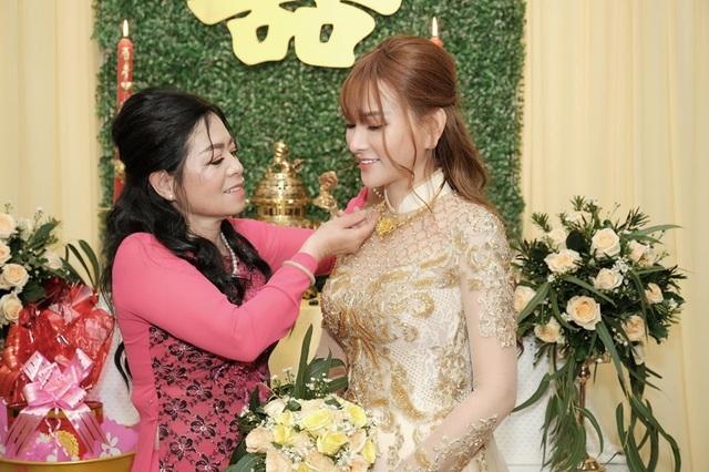 Biểu cảm đáng yêu của con trai Thu Thủy trong hôn lễ của mẹ - 5