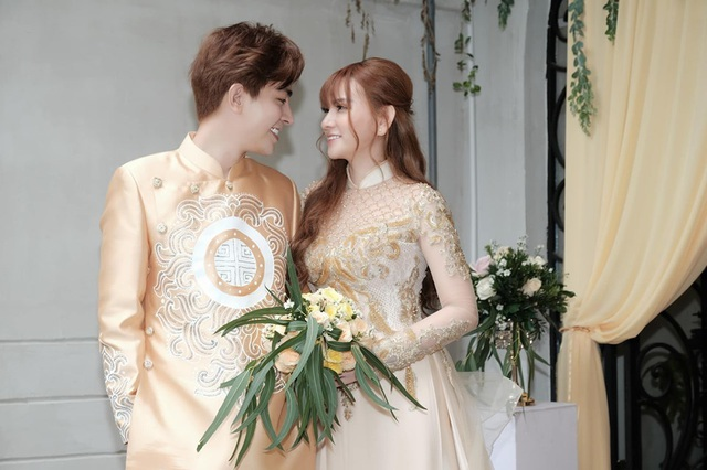 Biểu cảm đáng yêu của con trai Thu Thủy trong hôn lễ của mẹ - 12