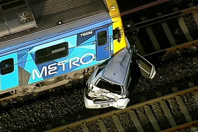 Để ô tô trên đường ray tàu hỏa xuống cãi nhau và cái kết - 1