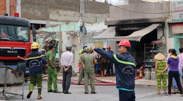 Cháy nổ lớn ở quán cơm, cảnh sát đập tường cứu người - 3