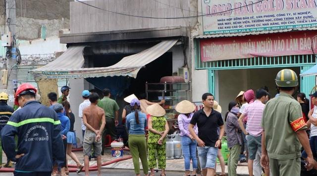 Cháy nổ lớn ở quán cơm, cảnh sát đập tường cứu người - 2