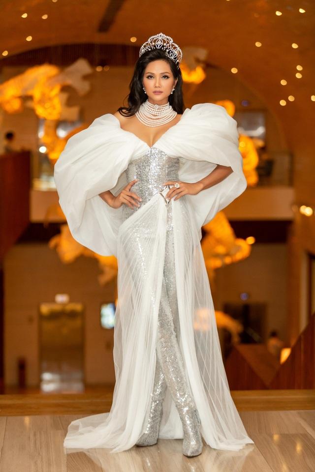 Hoa hậu H'hen Niê xúc động nhìn lại 2 năm nhiệm kỳ - 1