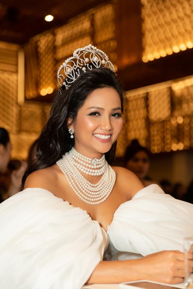 Hoa hậu H'hen Niê xúc động nhìn lại 2 năm nhiệm kỳ - 2