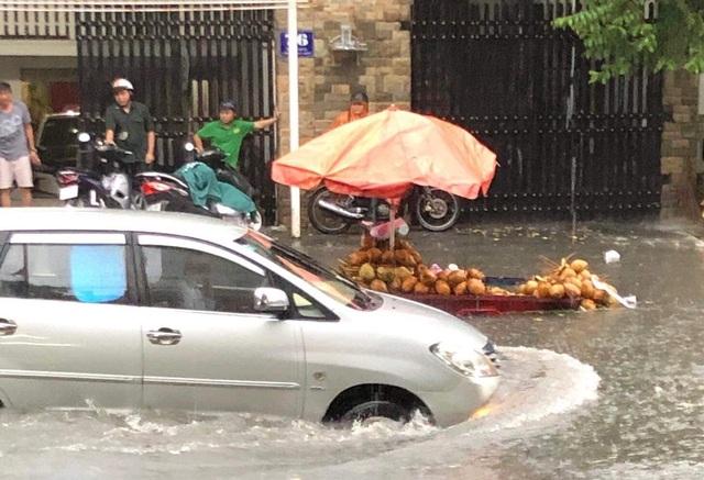 Mưa lớn khắp Sài Gòn, nước như sóng, cuốn trôi nhiều xe máy - 5