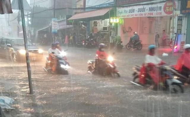 Mưa lớn khắp Sài Gòn, nước như sóng, cuốn trôi nhiều xe máy - 1