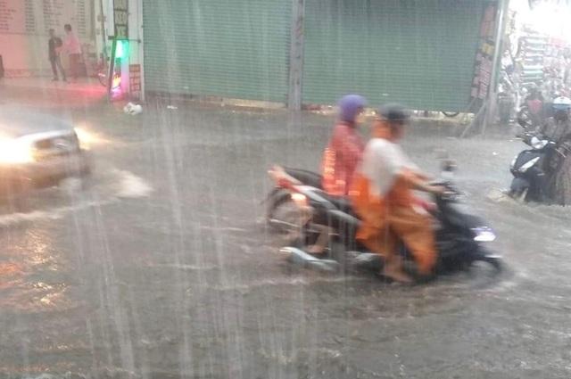 Mưa lớn khắp Sài Gòn, nước như sóng, cuốn trôi nhiều xe máy - 4