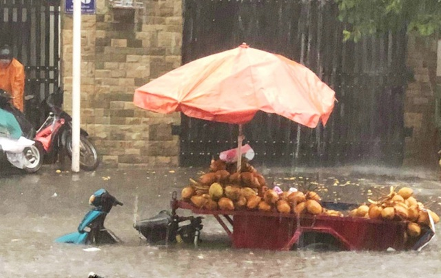 Mưa lớn khắp Sài Gòn, nước như sóng, cuốn trôi nhiều xe máy - 6