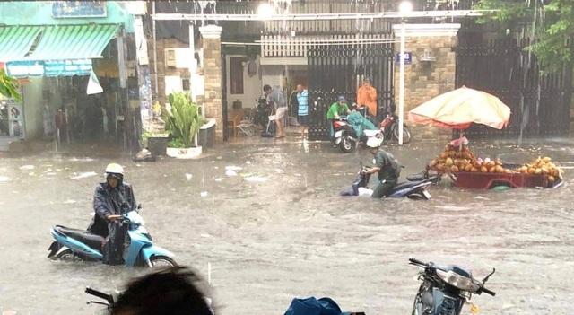 Mưa lớn khắp Sài Gòn, nước như sóng, cuốn trôi nhiều xe máy - 8