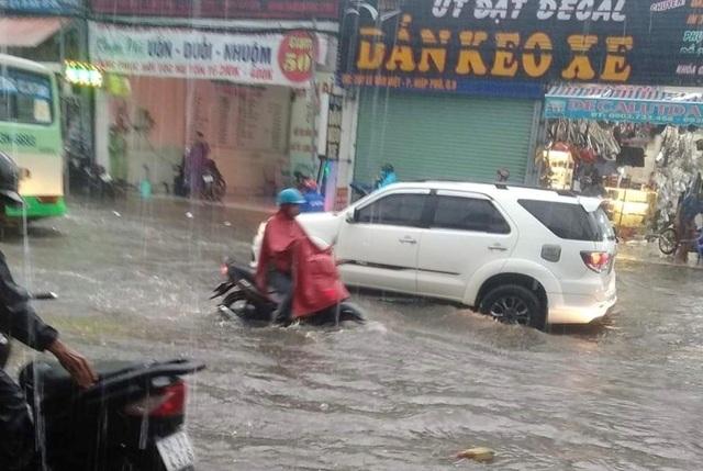 Mưa lớn khắp Sài Gòn, nước như sóng, cuốn trôi nhiều xe máy - 3