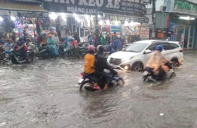 Mưa lớn khắp Sài Gòn, nước như sóng, cuốn trôi nhiều xe máy - 2
