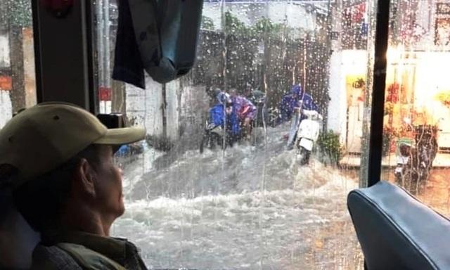 Mưa lớn khắp Sài Gòn, nước như sóng, cuốn trôi nhiều xe máy - 7