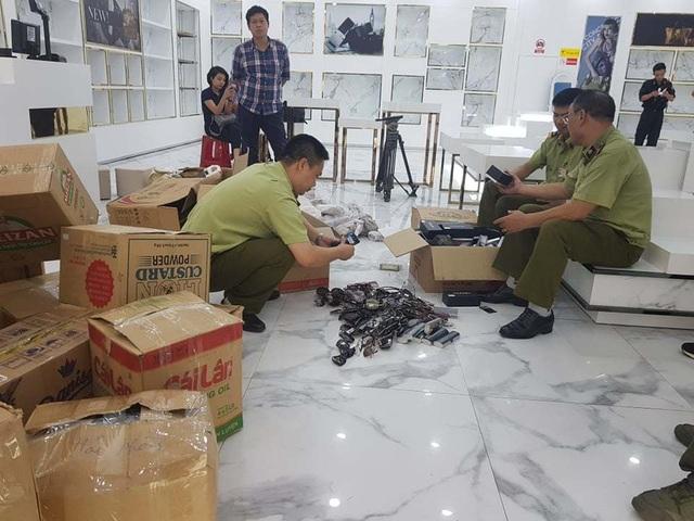 Đột kích Sài Gòn Square, thu giữ đồng hồ, túi xách giả thương hiệu trị giá hàng trăm triệu đồng - 2