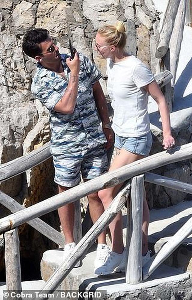 Sophie Turner tình tứ bên chồng mới cưới - 9