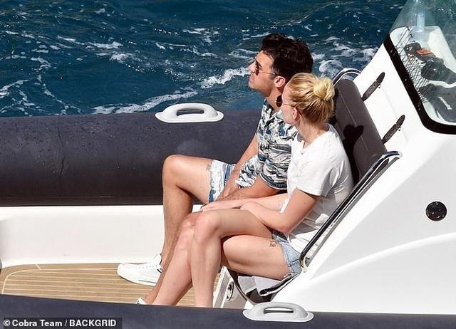 Sophie Turner tình tứ bên chồng mới cưới - 8
