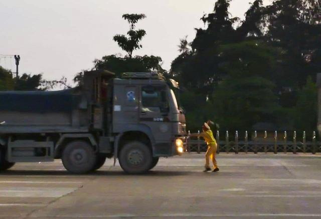 Lái xe tải chống đối, hất văng gậy chỉ huy của CSGT trên cao tốc - 1