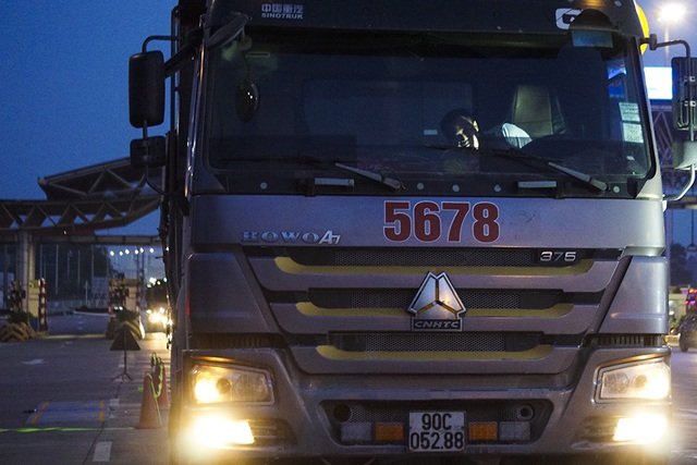 Lái xe tải chống đối, hất văng gậy chỉ huy của CSGT trên cao tốc - 4