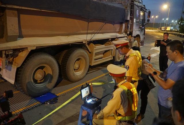 Lái xe tải chống đối, hất văng gậy chỉ huy của CSGT trên cao tốc - 6