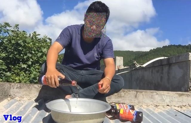 """Youtuber Việt lại đổ cả... thau nước mắm lên đầu mẹ để quay video """"câu view"""" - 1"""