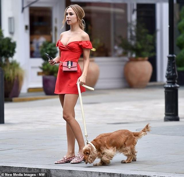 Kimberley Garner mặc gợi cảm đưa cún cưng ra phố - 5