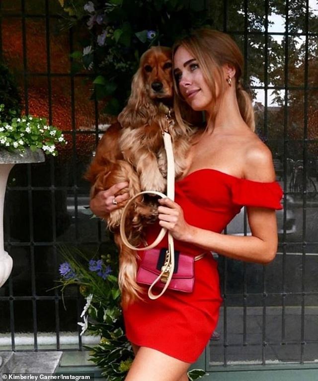 Kimberley Garner mặc gợi cảm đưa cún cưng ra phố - 4