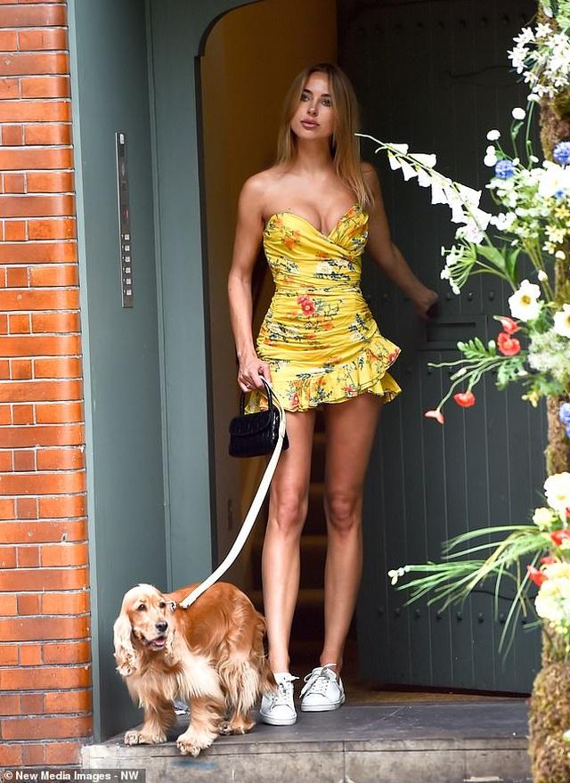 Kimberley Garner mặc gợi cảm đưa cún cưng ra phố - 7