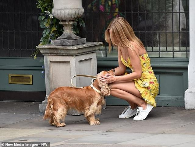 Kimberley Garner mặc gợi cảm đưa cún cưng ra phố - 13