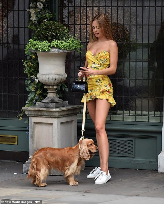 Kimberley Garner mặc gợi cảm đưa cún cưng ra phố - 10