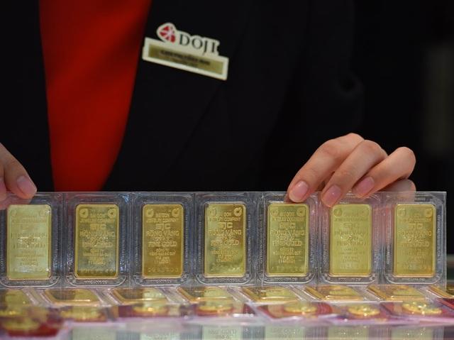 Giá vàng sụt giảm sau tuần tăng gần 2 triệu đồng/lượng - 1