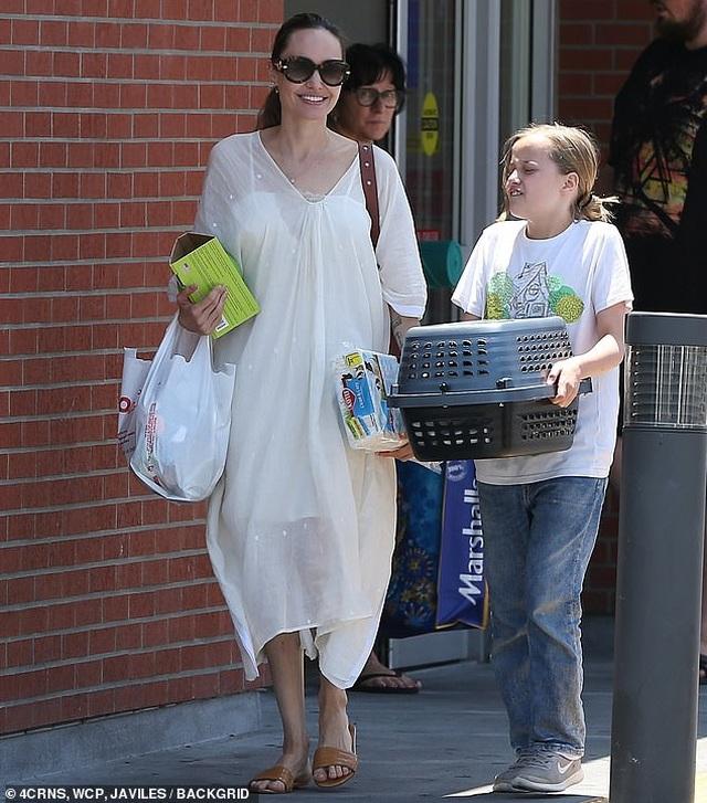 Angelina Jolie đưa con đi mua thỏ - 4