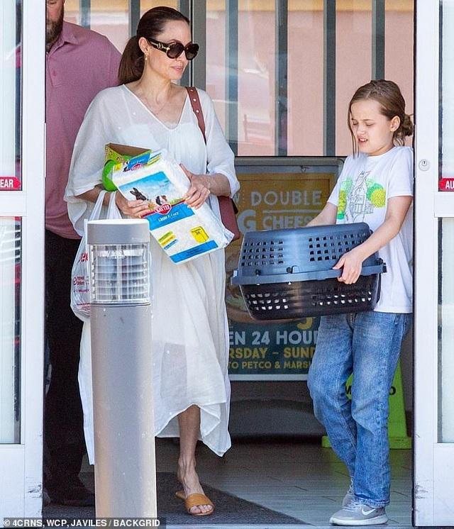 Angelina Jolie đưa con đi mua thỏ - 6