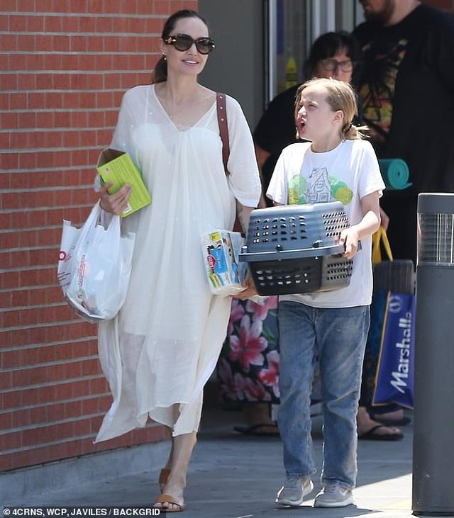 Angelina Jolie đưa con đi mua thỏ - 1