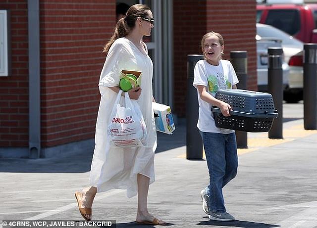 Angelina Jolie đưa con đi mua thỏ - 2
