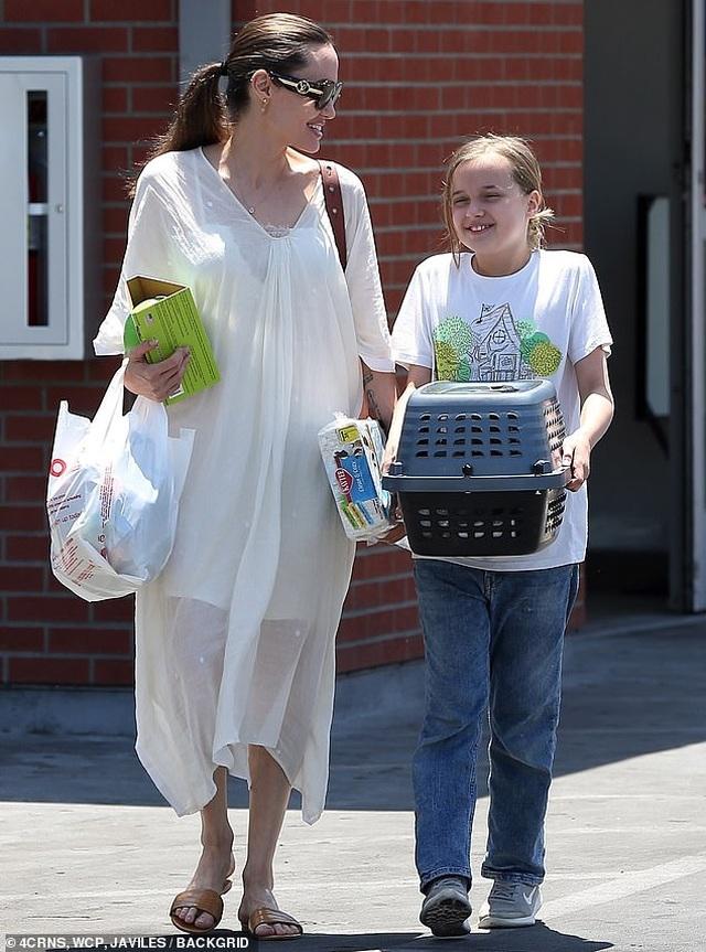 Angelina Jolie đưa con đi mua thỏ - 8