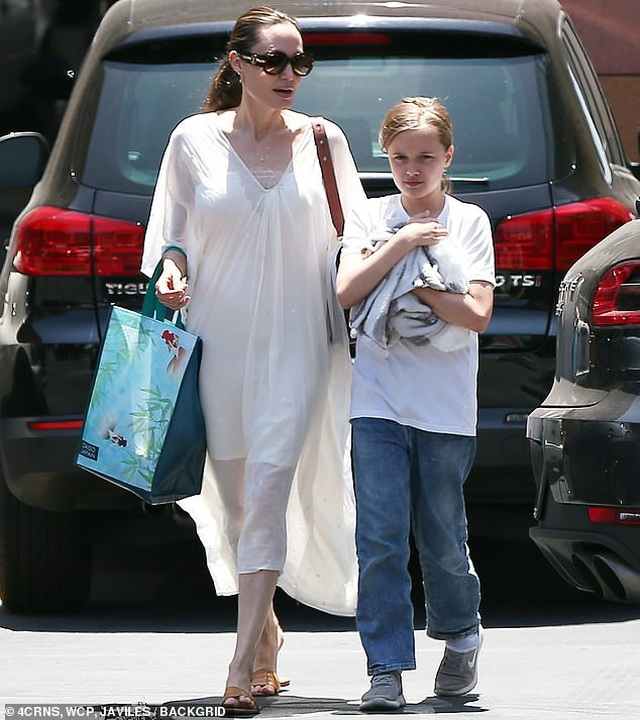 Angelina Jolie đưa con đi mua thỏ - 3