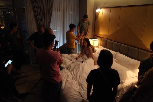 """Bí mật sau cảnh """"giường chiếu"""" nóng bỏng của Vũ và Nhã trong """"Về nhà đi con"""" - 4"""