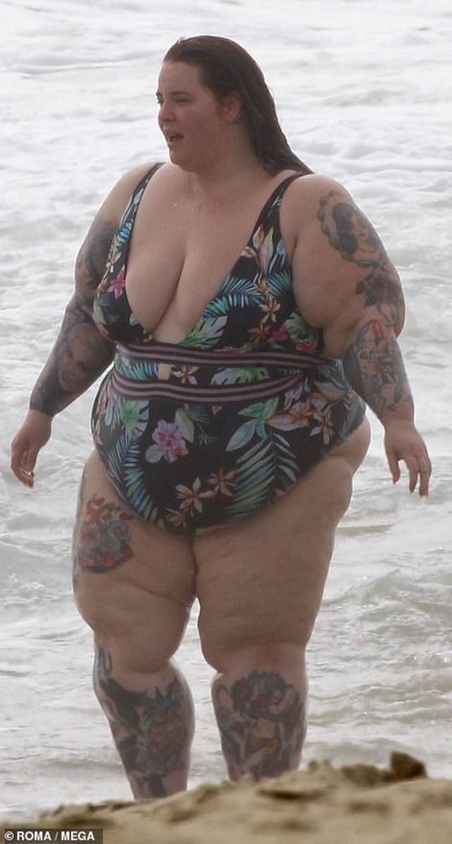 Người mẫu ngoại cỡ tung tăng đi tắm biển - 1